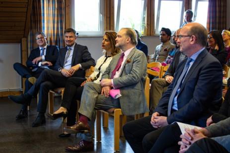 Von links: VerbundVolksbank OWL eG., Herr Breitschuh und Herr Körtner Mahkameh Navabi und Alexander Fürst zu Schaumburg-Lippe - Landrat Herr Farr